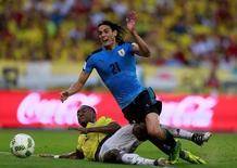 Colombiano Murillo disputa lance com Cavani, do Uruguai.  11/10/16.  REUTERS/John Vizcaino