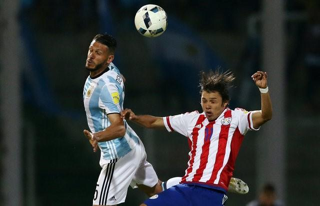 Football Soccer - World Cup 2018 Qualifier - Argentina v Paraguay - Mario Kempes Stadium, Cordoba, Argentina - 11/10/16 - Argentina's Martin Demichelis and Paraguay's Angel Romero fight for the ball. REUTERS/ REUTERS/Marcos Brindicci