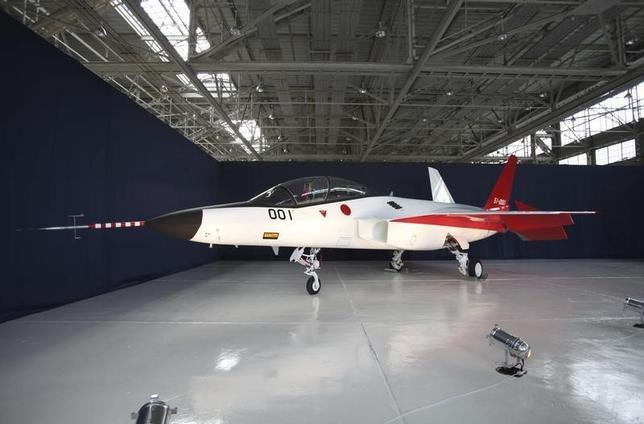 10月12日、北朝鮮の脅威と中国の海洋進出に直面する日本は、限られた時間と予算の中で効率的に防衛力を整備する必要性に迫られている。写真は防衛省が開発を進めている国産ステルス戦闘機の試験機。愛知県豊山町にある三菱重工業の名古屋航空宇宙システム製作所で1月撮影(2016年 ロイター/Kiyoshi Takenaka)