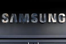 Samsung Electronics debe averiguar rápidamente la causa de los incendios que le llevaron a retirar su Galaxy Note 7 y lanzar un nuevo modelo al mercado, dijeron inversores el miércoles, mientras las acciones de la empresa caían a un mínimo de un mes. Imagen de una tienda de Samsung en EEUU tomada el 10 de octubre de 2016.  REUTERS/Andrew Kelly