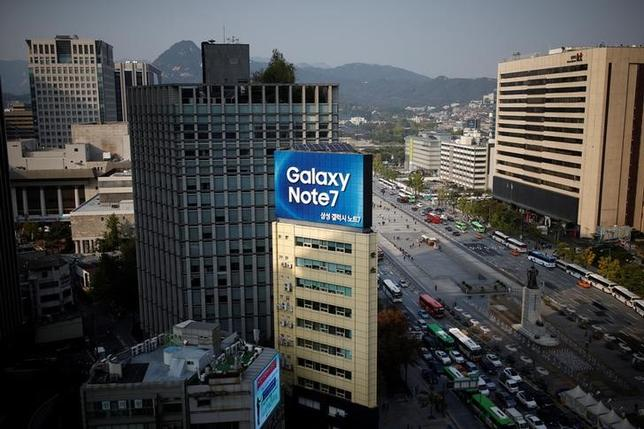 An outdoor advertisement, promoting Samsung Electronics' Galaxy Note 7, installed atop a building is seen in central Seoul, South Korea, October 11, 2016.   REUTERS/Kim Hong-Ji