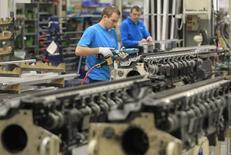 La production industrielle en zone euro a augmenté de 1,6% mensuel en août et de 1,8% annuellement. Les économistes interrogés par Reuters anticipaient des pourcentages respectifs de 1,5% et 1,1%. /Photo d'archives/REUTERS/Yves Herman