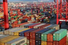 Порт Яншань в зоне свободной торговли в Шанхае. 24 сентября 2016 года. Китайский экспорт в сентябре упал на 10 процентов в годовом выражении, значительно сильнее, чем ожидалось, в то время как импорт неожиданно сократился после подъема в августе, указывая на то, что признаки восстановления второй по величине мировой экономики могли оказаться недолговечными. REUTERS/Aly Song/File Photo