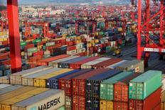 Contenedores en el Puerto Deep Water, en Shanghái, China. 24 de septiembre de 2016. Las exportaciones chinas cayeron un 10 por ciento en septiembre respecto al mismo mes del año previo, un desempeño mucho peor que lo esperado, mientras que las importaciones se contrajeron inesperadamente un 1,9 por ciento después de subir en agosto. REUTERS/Aly Song/File Photo