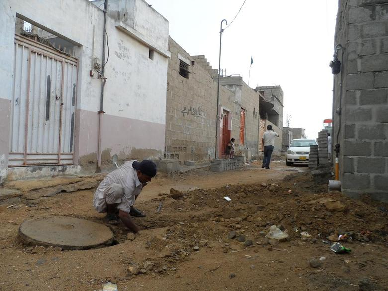 A labourer works to connect a house to new sewage line in Orangi Town, Karachi, Pakistan, August 27, 2016.  Picture taken August 27, 2016. Thomson Reuters Foundation/Aamir Saeed