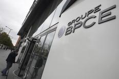 """Le groupe bancaire mutualiste BPCE a annoncé jeudi l'acquisition d'E-Cotiz, une jeune entreprise spécialisée dans le paiement électronique pour les associations, renforçant ainsi son positionnement dans le monde associatif et dans les """"fintechs"""". /Photo d'archives/REUTERS/Philippe Wojazer"""