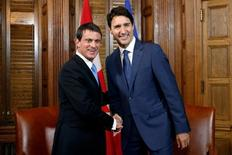 Le Premier ministre Canadien Justin Trudeau, qui recevait son homologue français Manuel Valls, a exhorté avec véhémence l'Union européenne à approuver l'accord de libre échange bilatéral. /Photo prise le 13 octobre 2016/REUTERS/Chris Wattie