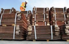 Un guardia de seguridad revisa un cargamento de cobre de exportación en el puerto de Valparaíso, Chile, ago 10, 2009. El cobre cerró con pérdidas el jueves, tras descender casi un 3 por ciento en la sesión, luego de que las cifras comerciales de China para septiembre mostraron una fuerte baja en las importaciones, lo que generó nuevas preocupaciones acerca de la demanda del mayor consumidor mundial de metales.  REUTERS/Eliseo Fernandez