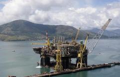 Vista aérea da construção de uma nova plataforma de produção de petróleo da Petrobras em Angra dos Reis, no Estado do Rio de Janeiro, no Brasil 24/02/2011 REUTERS/Sergio Moraes