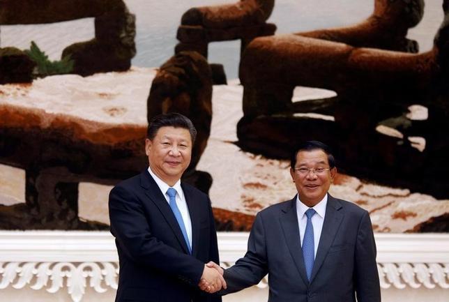 10月13日、中国の習近平国家主席(写真左)は、カンボジアを訪問し、フン・セン首相(右)と会談した。(2016年 ロイター/Samrang Pring)