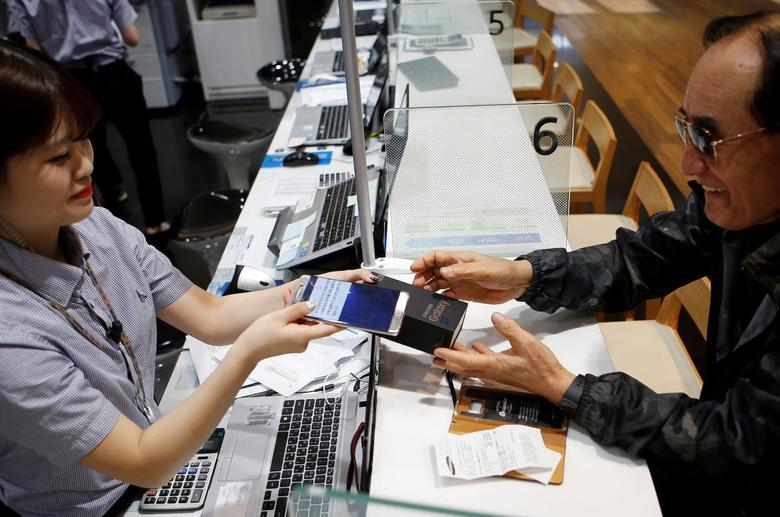 A customer exchanges his Samsung Electronics' Galaxy Note 7 to Galaxy S7 at company's headquarters in Seoul, South Korea, October 13, 2016.   REUTERS/Kim Hong-Ji