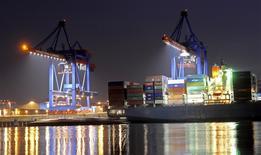Vue du port de Hambourg. L'excédent commercial de la zone euro a atteint au mois d'août 18,4 milliards d'euros contre 11,2 milliards un an plus tôt. Les économistes s'attendaient à un excédent de 15,3 milliards. /Photo d'archives/REUTERS/Fabian Bimmer