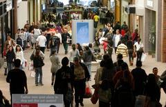 Un centre commercial californien. Les ventes au détail aux Etats-Unis ont rebondi en septembre grâce à la vigueur du marché automobile et à la progression des dépenses non contraintes. /Photo d'archives/REUTERS/Eric Thayer