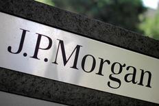 JPMorgan Chase a publié un bénéfice trimestriel en baisse de 7,6%, conséquence d'une importante charge fiscale et d'une base de comparaison défavorable, mais son produit net bancaire et ses profits ont dépassé les attentes du marché.  /Photo d'archives/REUTERS/Lucy Nicholson
