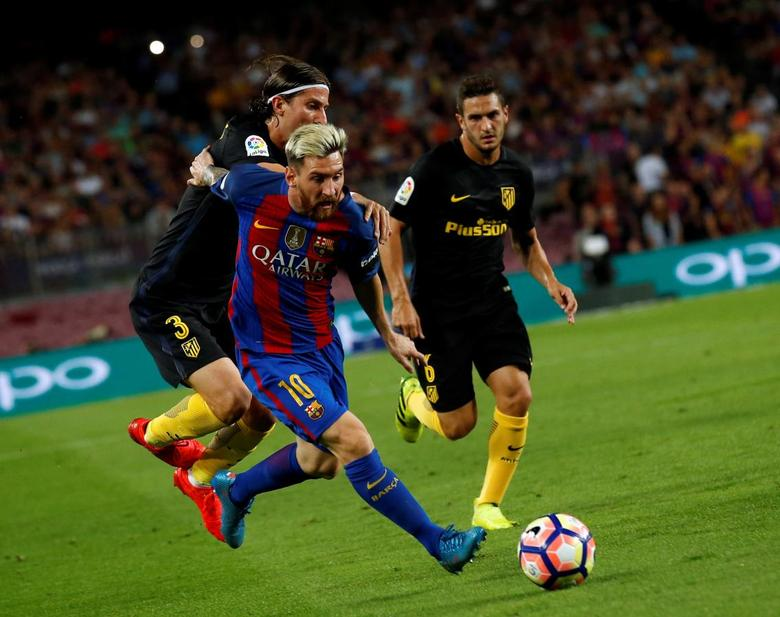 Football Soccer - Barcelona v Atletico Madrid - Spanish La Liga Santander - Camp Nou stadium, Barcelona, Spain - 21/09/16. BarcelonaÕs Lionel Messi and Atletico MadridÕs Filipe Luis in action. REUTERS/Albert Gea