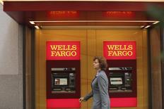 La banque américaine Wells Fargo & Co, affaiblie par le scandale des faux comptes créés à l'insu de ses clients par ses commerciaux, qui a coûté son poste à son directeur général John Stumpf, a publié vendredi un bénéfice en baisse pour le quatrième trimestre consécutif, conséquence entre autres d'une augmentation du coût du risque. /Photo d'archives/REUTERS/Robert Galbraith