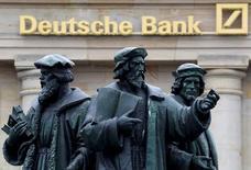 La foto de archivo muestra una estatua frente al logo del gigante alemán Deutsche Bank en Fráncfort, Alemania, September 30, 2016. Deutsche Bank estudia un posible cambio de estrategia en Estados Unidos, donde intenta evitar una multa de 14.000 millones de dólares que le exige el Departamento de Justicia por la venta de bonos tóxicos ligados a hipotecas antes de la crisis financiera, dijeron el sábado dos fuentes cercanas al banco alemán. REUTERS/Kai Pfaffenbach/File Photo