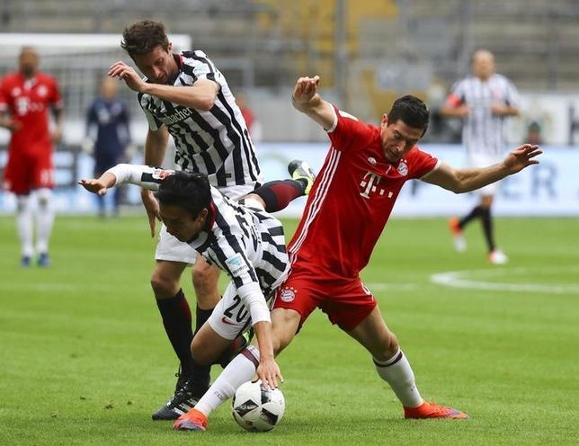 10月15日、サッカーのドイツ1部ブンデスリーガ、長谷部誠(中央)が所属するアイントラハト・フランクフルトは首位バイエルン・ミュンヘンと2─2で引き分けた(2016年 ロイター/Kai Pfaffenbach)