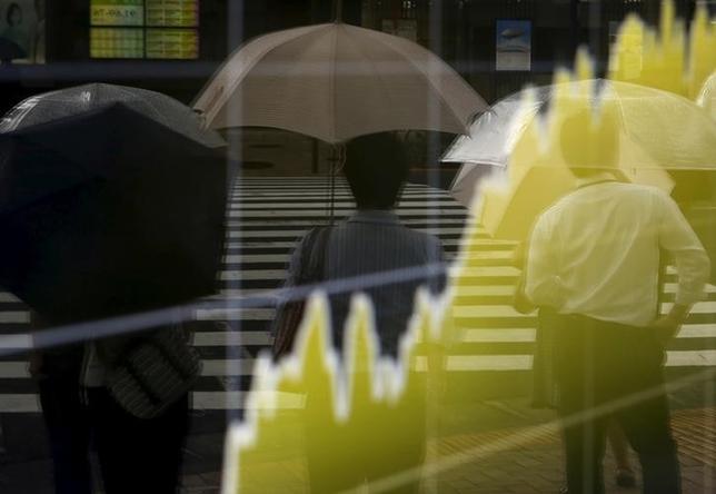 10月17日、寄り付きの東京株式市場で、日経平均株価は前営業日比15円47銭高の1万6871円84銭と続伸している。写真は都内の株価ボード。昨年8月撮影(2016年 ロイター/YUYA SHINO)