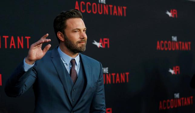 10月16日、バラエティ・ドット・コムなどによると、週末の北米映画興行収入ランキングは、ベン・アフレック(写真)主演のサスペンス・アクション映画「ザ・コンサルタント」が初登場首位となった。ハリウッドで10日撮影(2016年 ロイター/Mario Anzuoni)
