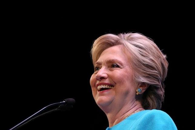 10月15日、同日公表されたロイター/イプソスの週間世論調査によると、米大統領選挙がこの週に実施されていた場合、民主党候補のヒラリー・クリントン氏が95%以上の確率で当選するとの見通しが示された。写真はシアトルで14日撮影(2016年 ロイター/Lucy Nicholson)