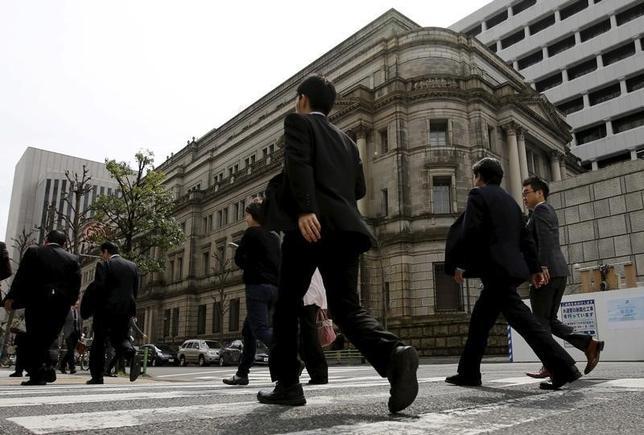 10月17日、日銀の宮野谷篤・大阪支店長は同日に開かれた支店長会議後の会見で、9月の金融政策決定会合で「マイナス金利の深堀りがなかったことについて、企業から安堵の声が聞かれる」と指摘した。写真は都内の日銀本店前で3月撮影(2016年 ロイター/Toru Hanai)