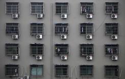 Жилой дом в китайском городе Вэньчжоу в провинции Чжэцзян. 18 февраля 2011 года. Почти 200 стран присоединились к юридически обязывающему соглашению о сокращении использования парниковых газов, применяемых в холодильниках и кондиционерах - важному шагу в борьбе против климатических изменений, вызвавшему громкое одобрение после объявления о договоренности в субботу. REUTERS/Carlos Barria