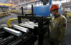 Рабочий в цеху завода Русала под Саяногорском. 3 сентября 2015 года. Промышленное производство РФ в сентябре 2016 года сократилось на 0,8 процента в годовом выражении и на 0,3 процента к предыдущему месяцу с исключением сезонного и календарного факторов, сообщил Росстат. REUTERS/Ilya Naymushin