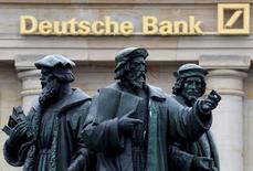 Una estatua, frente a un logo de Deutsche Bank en Fráncfort. 30 septiembre 2016. Deutsche Bank necesita moverse deprisa para fortalecer su capital y ofrecer ganancias saludables si quiere restablecer la confianza de los inversores, pero su margen de maniobra parece limitado, dicen banqueros, analistas e inversores. REUTERS/Kai Pfaffenbach