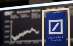 Deutsche Bank necesita moverse deprisa para fortalecer su capital y dar beneficios saludables si quiere restablecer la confianza de los inversores, pero su margen de maniobra parece limitado, dicen banqueros, analistas e inversores. En la imagen, un logo de Deutsche Bank en la Bolsa de Fráncfort, el 30 de septiembre de 2016. REUTERS/Kai Pfaffenbach