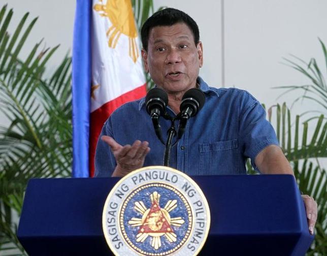 10月18日、中国商務省の沈丹陽報道官は、北京で会見し、フィリピンのドゥテルテ大統領の今週の訪問時に、貿易交渉を行う準備があると述べた。写真はドゥテルテ大統領。フィリピンのダバオで16日撮影(2016年 ロイター/Lean Daval Jr)