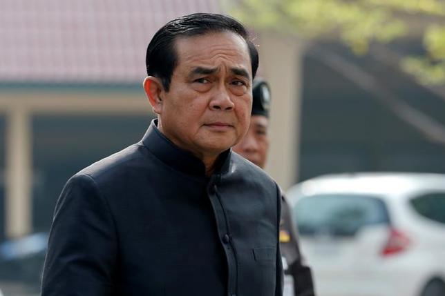 10月18日、タイのプラユット首相(写真)は、皇太子の王位継承には、少なくとも15日間のプミポン国王の服喪期間が必要との見方を示した。バンコクで撮影(2016年 ロイター/Chaiwat Subprasom)