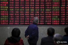 Инвесторы в брокерской конторе в Шанхае 7 марта 2016 года. Китайские акции завершили торги вторника ростом, поскольку номинированные в долларах акции Шанхайской биржи стабилизировались после распродажи накануне, а внимание инвесторов сместилось на выход экономических данных на текущей неделе. REUTERS/Aly Song/File Photo
