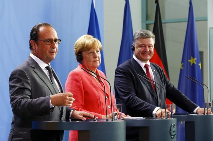 German Chancellor Angela Merkel, French President Francois Hollande (L) and Ukrainian President Petro Poroshenko speak to media after their meeting in the Chancellery in Berlin, Germany, August 24, 2015. REUTERS/Axel Schmidt
