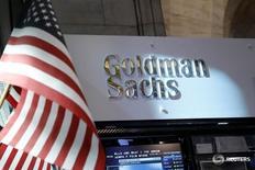 Логотип Goldman Sachs на Нью-Йоркской фондовой бирже 16 июля 2013 года. Goldman Sachs Group Inc отчитался о росте квартальной прибыли на 57,9 процента во вторник благодаря увеличению выручки от торговли.  REUTERS/Brendan McDermid/File Photo