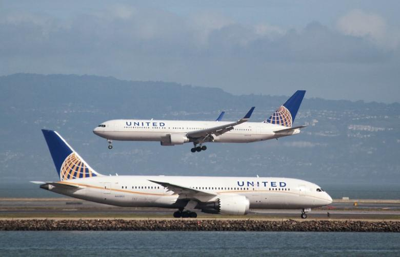 A United Airlines Boeing 787 taxis as a United Airlines Boeing 767 lands at San Francisco International Airport, San Francisco, California, February 7, 2015.   REUTERS/Louis Nastro/File Photo