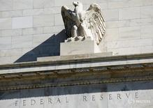 Здание ФРС США в Вашингтоне 3 апреля 2012 года. Американская экономика, как ожидается, продемонстрирует скромный рост в конце текущего и в следующем году, а темпы инфляции останутся низкими, однако вероятность повышения ключевой  ставки в декабре сейчас составляет 70 процентов, показал опрос Рейтер. REUTERS/Joshua Roberts/File Photo