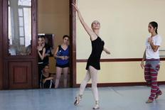 Catherine Conley, la primera alumna estadounidense a tiempo completo de la prestigiosa Escuela Nacional de Ballet de Cuba, en una clase en La Habana, oct 12, 2016. Conley espera que aprender el poderoso estilo cubano, de deslumbrantes giros y saltos, le otorgue una ventaja cuando vuelva a casa.  REUTERS/Alexandre Meneghini