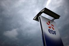 EDF a confirmé mardi ses objectifs 2016 de production d'électricité d'origine nucléaire, en dépit de l'arrêt de cinq réacteurs exigé par l'Autorité de sûreté nucléaire afin de procéder à des vérifications. /Photo d'archives/REUTERS/Stéphane Mahé