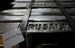 Алюминиевые чушки на заводе Русала в Красноярске 27 июля 2016 года. Украина во вторник ввела санкции против российского алюминиевого гиганта Русала, обвинив компанию в действиях, угрожающих украинской национальной безопасности и активам, говорится в указе президента страны. REUTERS/Ilya Naymushin