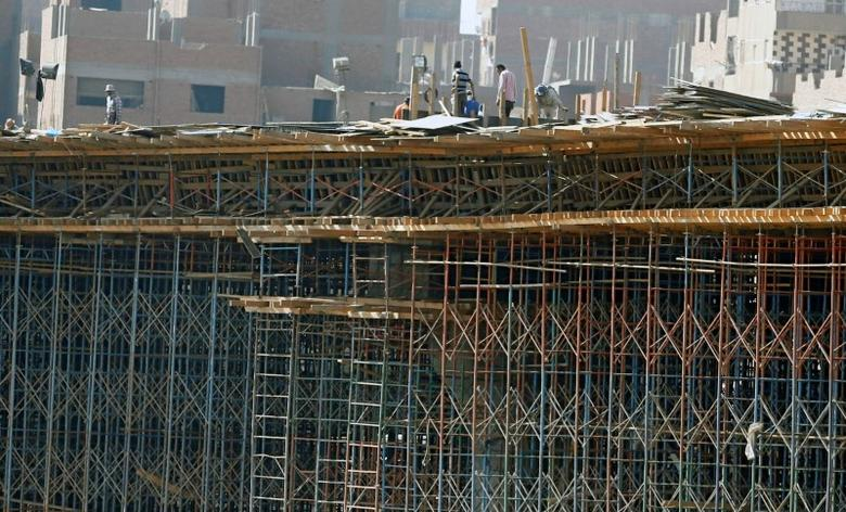 Construction labourers work on a bridge to link the Cairo-Banha highway at the agricultural road which leads to the capital city of Cairo, Egypt October 13, 2016. Picture taken October 13, 2016. REUTERS/Amr Abdallah Dalsh