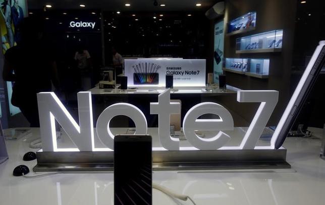 10月18日、韓国サムスン電子が生産・販売を打ち切った新型スマートフォン「ギャラクシーノート7」をめぐり、顧客3人が米連邦裁判所に集団訴訟を起こしたことが分かった。ハノイで12日撮影(2016年 ロイター/KHAM)