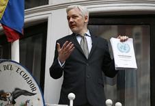 Основатель WikiLeaks Джулиан Ассанж выступает с балкона посольства Эквадора в Лондоне 5 февраля 2016 года. Левое правительство Эквадора во вторник признало, что ограничило доступ в интернет живущему в его лондонском посольстве основателю WikiLeaks Джулиану Ассанжу, объяснив, что утечки взломанной электронной почты американских политиков влияют на выборы президента США. REUTERS/Peter Nicholls