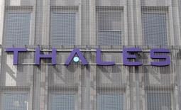 Thales revoit en hausse ses objectifs annuels grâce à la signature du contrat indien de l'avion de combat Rafale qu'il équipe et à un bond de ses prises de commandes dans l'aérospatiale. /Photo d'archives/REUTERS/Charles Platiau