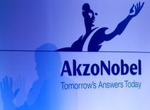 Le groupe chimique néerlandais Akzo Nobel chute mercredi en Bourse après avoir fait état d'une baisse de son chiffre d'affaires trimestriel qu'il attribue aux pressions sur les prix et aux effets de la dépréciation de la livre sterling. /Photo d'archives/REUTERS/Jerry Lampen