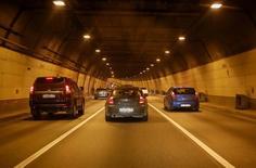 Автомобили едут по тоннелю в Москве. 24 июля 2016 года. Компания PricewaterhouseCoopers (PWC) улучшила прогноз продаж легковых автомобилей в РФ в 2016 году с учетом нового прогноза цен на нефть. REUTERS/Gleb Garanich