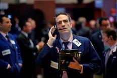 La Bourse de New York a fini en légère hausse mercredi à la faveur à la fois de la bonne tenue du compartiment énergétique dans un contexte de bond des cours du pétrole et des gains des valeurs financières. Le Dow Jones a gagné 0,23%, soit 40,89 points. /Photo prise le 19 octobre 2016/REUTERS/Lucas Jackson