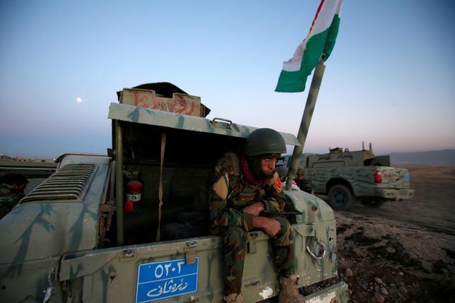 10月17日、イラク北部モスルの奪還作戦はリスクに満ちている。写真は同作戦に参加するクルド自治政府の治安部隊「ペシュメルガ」のメンバー。モスルで撮影(2016年 ロイター/Azad Lashkari)