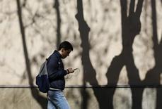 Las líneas de banda ancha móvil y la fibra seguían creciendo a un ritmo elevado en agosto pese al periodo vacacional. En la imagen, un hombre camina con el móvil en Sevilla el 3 de marzo de 2016. REUTERS/Marcelo del Pozo