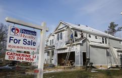 Una vivienda a la venta en Vienna, EEUU, mar 27, 2014. Las ventas de viviendas usadas en Estados Unidos subieron más de lo previsto en septiembre, alentadas por un mercado laboral sólido que está ayudando a los compradores a sobrellevar un rápido incremento en los precios y una escasez en los inventarios a nivel nacional.  REUTERS/Larry Downing